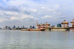 Ładunku zbiornika statek holuje holownikiem pływać statkiem przez miasta Fotografia Stock
