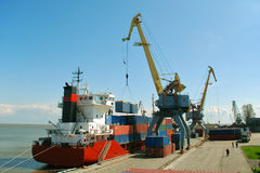 ładunku zbiornika statku rozładunek Zdjęcie Royalty Free