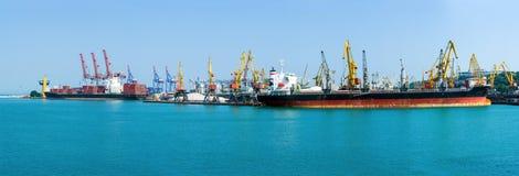 Ładunku zbiornika terminal dennych zafrachtowań przemysłowy port Wielka Zbożowa winda Masowy przewoźnik i zbiornika statek cumuje Obraz Royalty Free