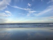 ŁAGODNY ATLANTYCKI ocean PRZED PATRICK ` S bazą lotniczą W MELBOURNE, FLORYDA zdjęcia stock