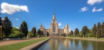 Łagodzi krawędź pogodnego widok Moskwa uniwersytet pod błękitnym chmurnym niebem w lecie Obraz Stock