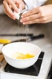 Łamań jajka dla robić custard Obraz Royalty Free