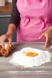 łamań jajka flour na stosie Zdjęcia Stock