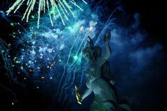 Łama fajerwerki nad antyczną rzeźbą Obraz Royalty Free