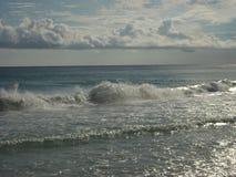 Łamacze Wzdłuż szmaragdu wybrzeża plaż obrazy stock