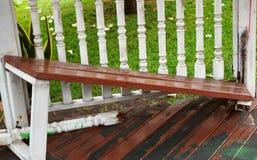 Łamana ławka w ogródzie obrazy royalty free