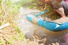 Łamana drymba w dziurze z wodnym ruchem przy działania zatrzaskiwania i naprawy cążkami pobocza i hydraulika obraz stock