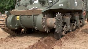 Łamana gąsienica wojny światowej dwa amerykanina Sherman zbiornik zdjęcie wideo