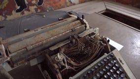Łamana maszyna do pisania w zaniechanym zbutwiałym więzieniu zbiory