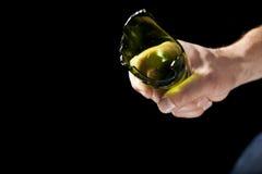 Łamana piwna butelka w ręce Fotografia Royalty Free