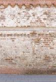 Łamana stara murarstwo ściana od czerwonych białych cegieł z uszkadzającego tynku i drogowego bruku tła teksturą obrazy royalty free