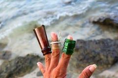 Łamana szklana butelka na plaży Zdjęcie Royalty Free