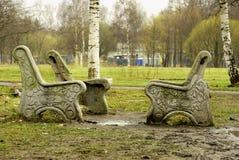 Łamane ławki wokoło i grat Zdjęcie Royalty Free