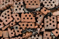 Łamane cegły kłamają na ziemi Zdjęcia Royalty Free
