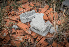 Łamane cegły na ziemi Fotografia Stock