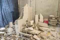 Łamane części ścienny kłamają wokoło ściany rozmontowywają fotografia stock