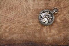 Łamanego rocznika kieszeniowy zegarek obraz royalty free