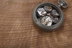 Łamanego rocznika kieszeniowy zegarek obraz stock