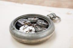 Łamanego rocznika kieszeniowy zegarek obrazy royalty free