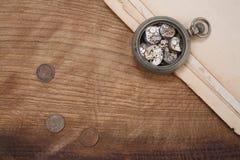 Łamanego rocznika kieszeniowy zegarek fotografia royalty free