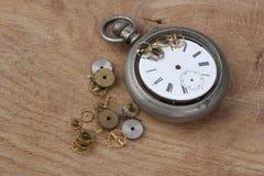 łamanego rocznika kieszeniowy zegarek na drewnianym obrazy royalty free
