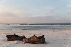 Łamani buty na plaży obraz royalty free