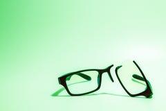 Łamani plastikowi Eyeglasses na barwionym tle Obraz Royalty Free