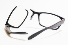 Łamani plastikowi Eyeglasses na barwionym tle Fotografia Stock