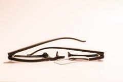 Łamani plastikowi Eyeglasses na barwionym tle Obrazy Royalty Free