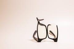 Łamani plastikowi Eyeglasses na barwionym tle Zdjęcie Royalty Free