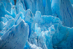 Łamani skłony błękitny lodowiec w świetle słonecznym Shevelev obrazy royalty free