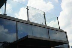 Łamani szkła przy nowożytnym budynkiem zdjęcia stock