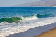 Łamanie fala na oceanie, z backwash na otwartym oceanie z horyzontem, piaskowata plaża fotografia stock