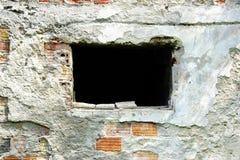 Łamany ściana z cegieł z okno zdjęcie stock