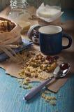Łamany arachidowy ciastko i łyżka Fotografia Royalty Free