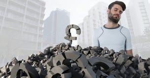 Łamany betonu kamień z pieniądze funta symbolem i mężczyzna w pejzażu miejskim Obraz Stock