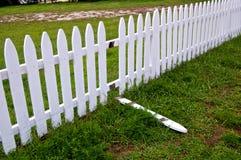 Łamany Biały palika ogrodzenie zdjęcia royalty free