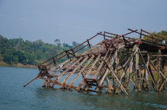 Łamany drewniany most obrazy stock