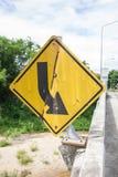 Łamany i stary drogowy znak na moscie w Thailand Obraz Stock
