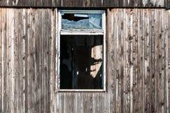 Łamany i zniweczony nadokienny szkło na drewnianym koszary w przedmieściach zdjęcie royalty free