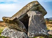 Łamany Kilclooney dolmen jest neolityczny pomnikowy datować z powrotem 4000, 3000 między Ardara i Portnoo w okręgu administracyjn zdjęcia royalty free