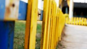 Łamany koloru żółtego ogrodzenie obraz royalty free
