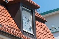 Łamany komarnica ekran na dachowym okno zdjęcia stock