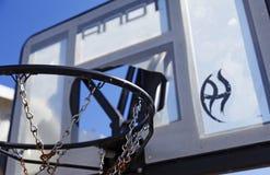 Łamany koszykówka kosz dla młodzi ludzie w Robacks terenie obrazy stock