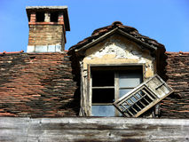 Łamany okno i żaluzja z kominem na śródziemnomorskim dachu w Ljubljana, Slovenia zdjęcia stock