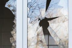 Łamany okno w budynku mieszkalnym, wrogość, lokalowa ochrona obrazy royalty free