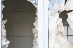 Łamany okno w budynku mieszkalnym, wrogość, lokalowa ochrona zdjęcie royalty free