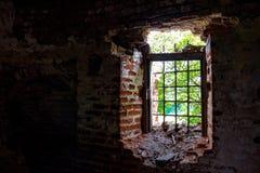 Łamany okno z dokonanego żelaza gretingiem w starym zaniechanym xviii wiek budynku wśrodku widoku, zdjęcie stock
