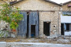Łamany ono ślizga się drewniani drzwi na starym fabrycznym budynku Zdjęcia Royalty Free