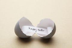 Łamany otwarty jajko z szczęśliwą Easter wiadomością inside Zdjęcie Stock